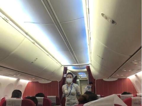 现场直击|国内外多机场出入境测体温,飞机上人人戴口罩